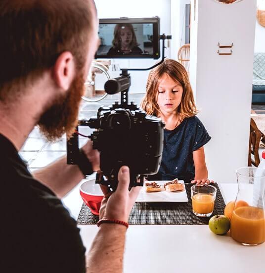 Vidéaste freelance en tournage audiovisuelle
